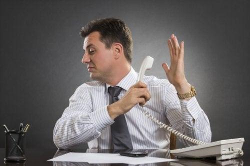 Mann zeigt emotionale Stärke am Telefon