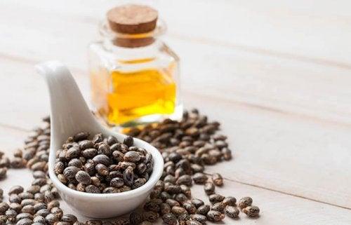 Rizinusöl, Rosenwasser und Milch gegen Stirnfalten