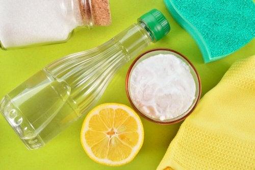 Deoflecken auf der Kleidung entfernen mit Salz und Essig