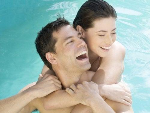 im Schwimmbad Sex praktizieren