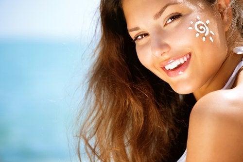 Sonnenschutz, um das Gesicht mit natürlichen Hausmitteln zu verjüngen