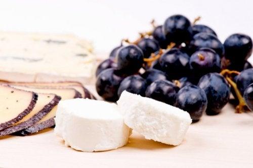 Häppchen mit Käse und Trauben