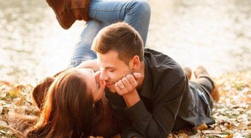 Verführung von Mann und Frau in freier Natur