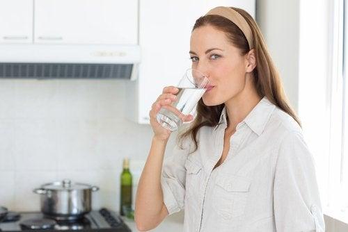 Wasser trinken um Gesicht mit natürlichen Hausmitteln zu verjüngen
