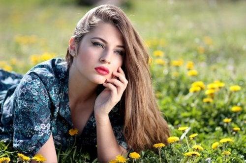 In die Natur gehen, um das Gesicht mit natürlichen Hausmitteln zu verjüngen