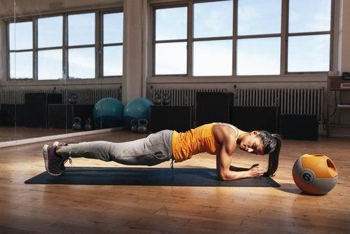 Training deines Körpers - Frau zeigt wie es geht