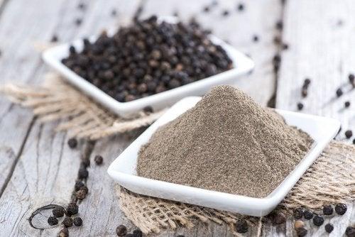 8 Gewürze, mit denen du Salz ersetzen kannst - schwarzer Pfeffer