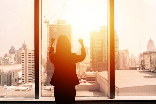 Frau am Fenster will akzeptieren wie sie ist