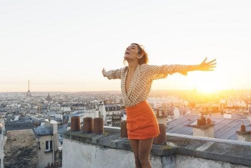 Glückliche Frau auf einem Dach kann akzeptieren wie sie ist