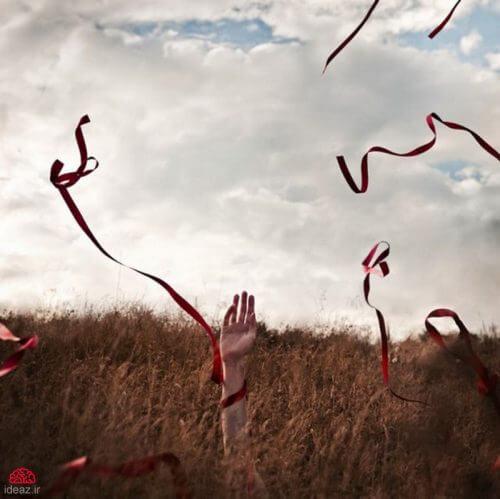 Frau mit Bändern auf einer Wiese fragt nach dem Preis der Einsamkeit