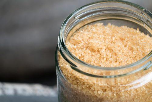 Ein Hautpeeling aus natürlichen Produkten herstellen - mit braunem Zucker.