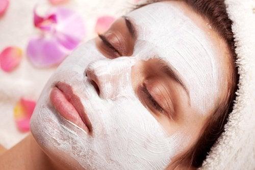 Eine Gesichtsmaske aus Joghurt und Haferflocken herstellen.