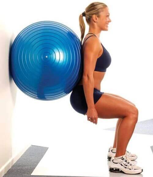 Frau macht Squats für Hintern