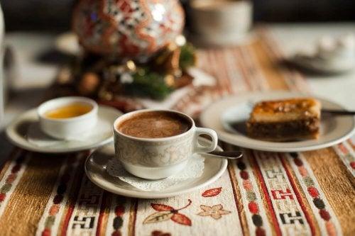 Kaffee mit Kokosöl, Zimt und Honig ist ein Frühstück zum Abnehmen