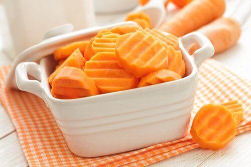 Mit Karotten Zähne bleichen