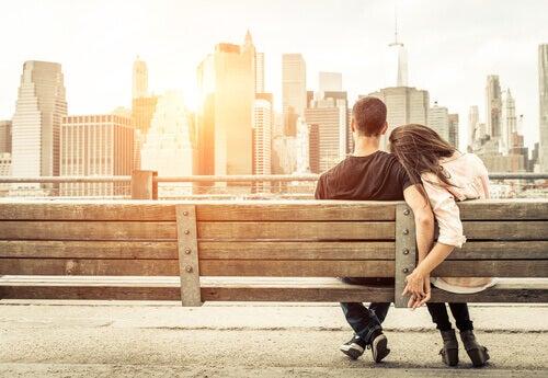 Paar auf einer Bank denkt nicht an den Zusammenhang von Liebe und Gehirn