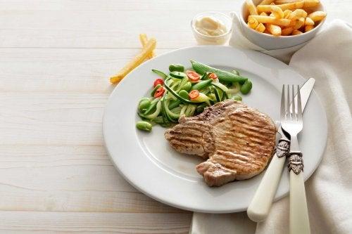 Gewohnheiten am Abend: leichtes Abendessen mit Fleisch und Gemüse