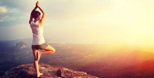 Yogapositionen auf einem Berg