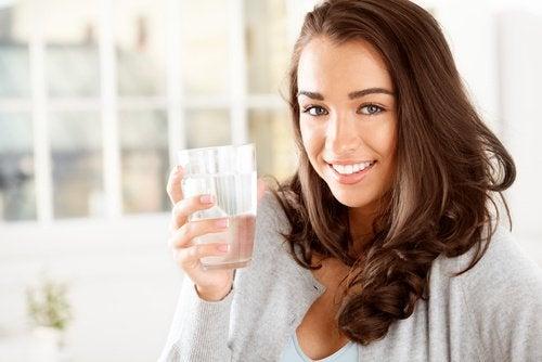 Mundtrockenheit verhindern mit Wassertrinken.