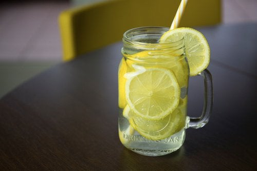 Mundtrockenheit verhindern indem man Zitronensaft trinkt.