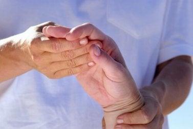 Rizinusöl kann bei Arthritis Schmerz lindern.