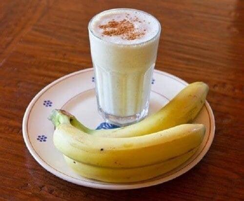 Schlaflosigkeit mit Banane Joghurt Smoothie bekämpfen