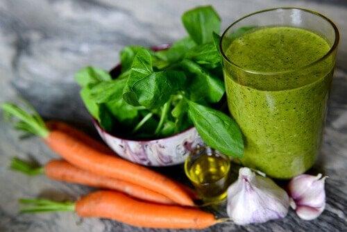 Schlaflosigkeit mit Karotten Spinat Smoothie bekämpfen