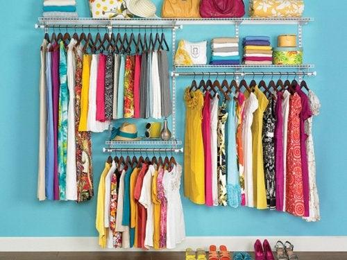 Kleider in einem ordentlichen Haushalt