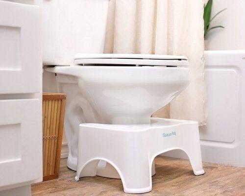 Haltung beim Stuhlgang auf der Toilette