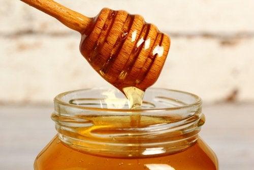 Honig hilft gegen trockenes und beschädigtes Haar.