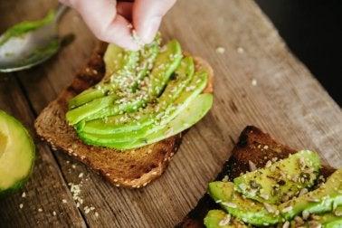 Vollkornbrot belegt mit Avocado für ein Frühstück zum Abnehmen