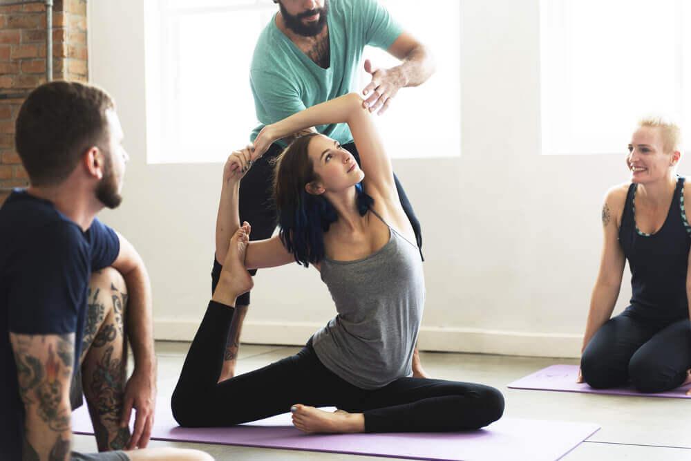 Welche Yogapositionen helfen beim Abnehmen?