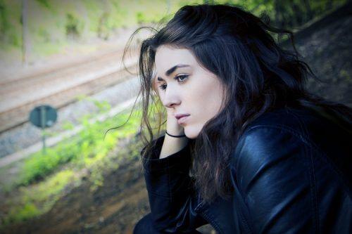 Frau mit Depression durchläuft Trauerphasen