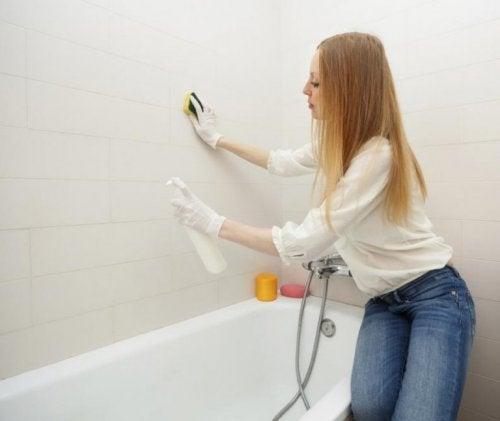 Reinigung des Badezimmers, wenn Schimmelpilz vorhanden ist