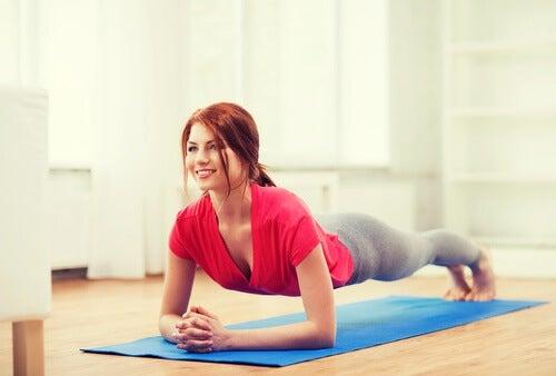 Training deines Körpers durch Übungen auf einer Matte