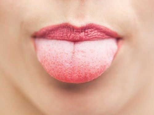 Gesunde Morgenrituale: Reinigung der Zunge