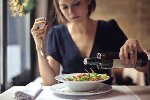 Frau entscheidet sich für gesundes Essen, um nicht Hunger zu leiden