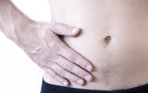 Mann mit Flankenschmerzen