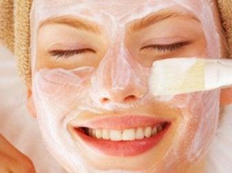 Auftragen der Joghurt Zitronen Gesichtsmaske