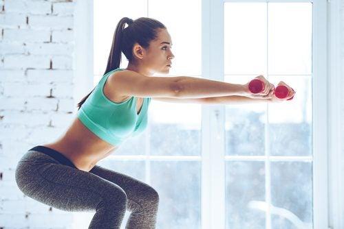 Kniebeugen zur Stärkung deines Körpers - Frau zeigt wie es geht