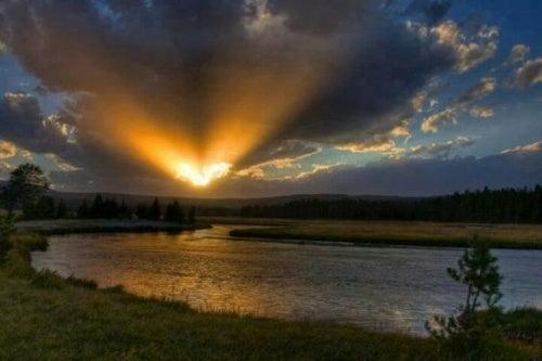 mutig im Sonnenuntergang