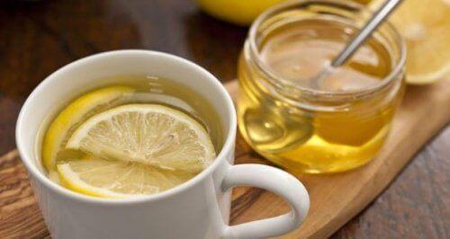 natürliche Heilmittel um einen trockenen Hals zu beruhigen Honig-Zitronentee