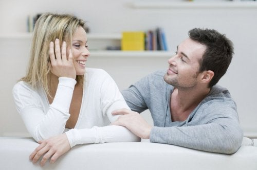 Glückliche Paare sprechen miteinander