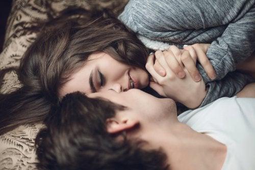 Glückliche Paare küssen sich
