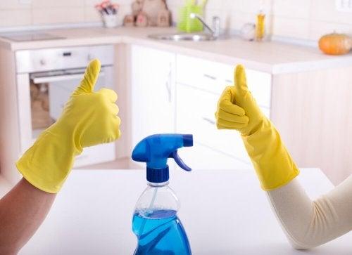 Fettschmutz in der Küche entfernen