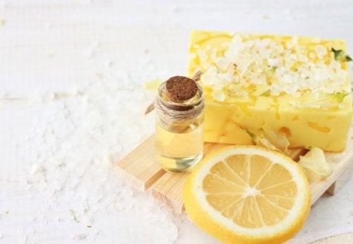 Flecken auf der Haut mit Zitrone behandeln