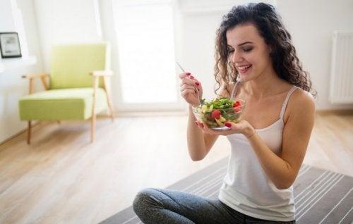 Frau isst mehrere kleine Mahlzeiten, um nicht Hunger zu leiden