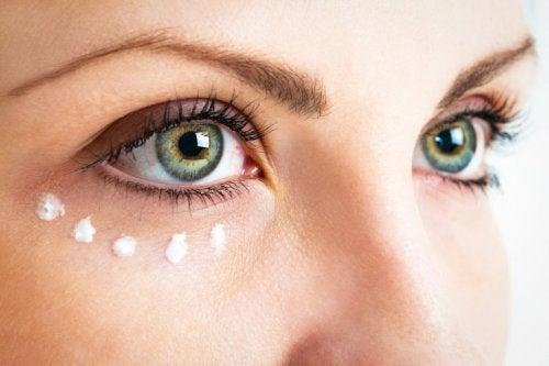 Vitamin-E-Kapseln für die feine Haut um die Augen