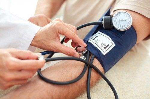 Arzt untersucht Ursachen für Kopfschmerzen beim Aufwachen