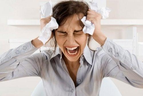 Frau weint, um Trauerphasen zu überwinden